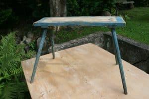 Antik blå bænk på høje ben, ca. 67x19x52 cm.