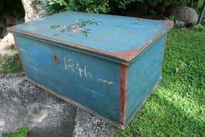 Antik kiste med original blå bemaling 1846 ca. 80x49x36 cm.