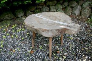 Gammel rustik osterende på ben, ca. 60 cm i diameter og 50 cm høj.