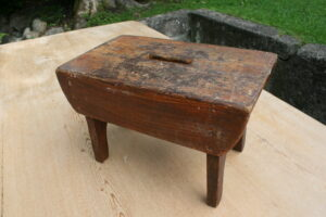 Lille antik skammel med bemaling, ca. 35x20x22 cm.