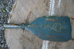 Antik skættehånd / skættetræ med original bemaling dateret 1844, ca.42 cm lang.