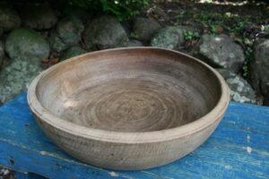 Antik rund træskål fra 1800 tallet, ca. 33 cm i Ø og 9 cm høj.