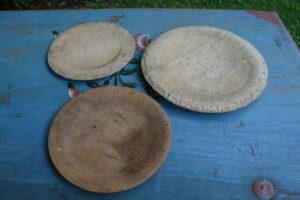 Antikke trætallerkener fra sverige start 1800 tal, ca. 23+18+18 cm i diameter.