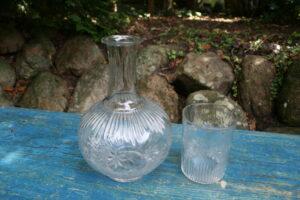 Fin antik karaffel med mønster blæst op og presset i form med overhæng glas, ca. 180cm høj.