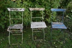 Jern havestole med træ sæde og ryg.